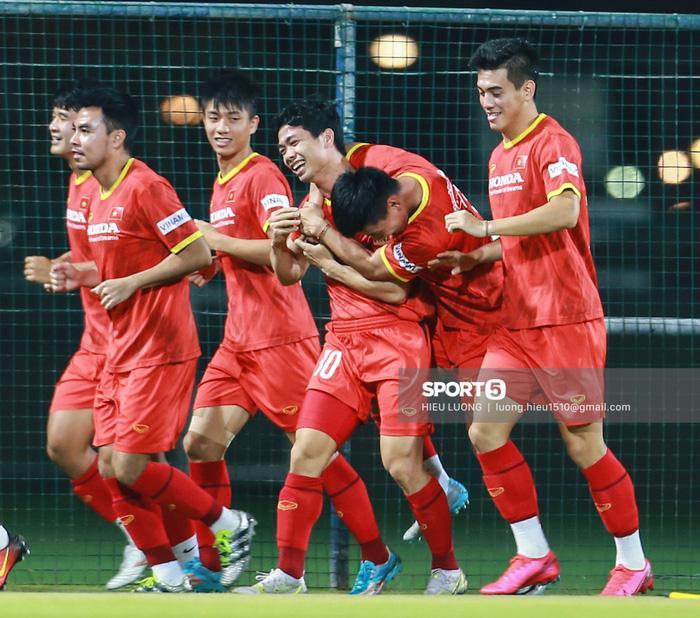 Công Phượng lén lút cầm tay Quang Hải, fan đồng loạt gọi tên Viên Minh-7