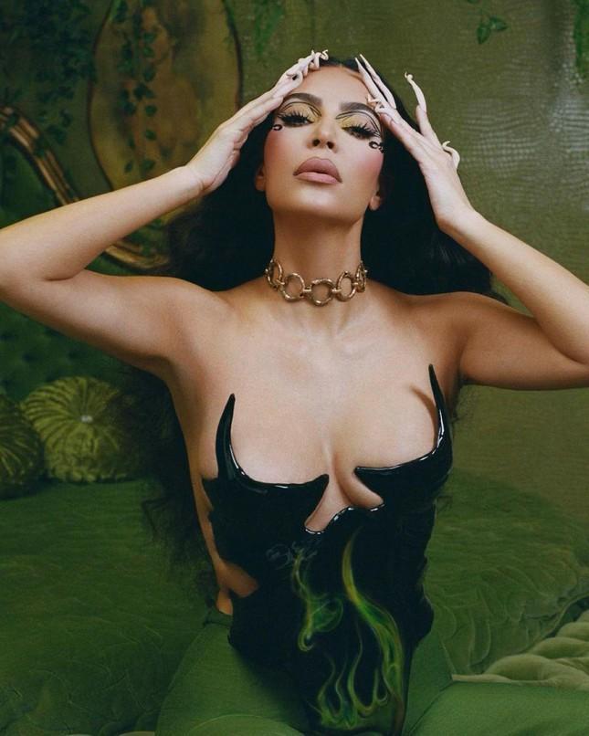Kim Kardashian mặc áo độc dị gợi nhớ corset hư hỏng của Ngọc Trinh-2