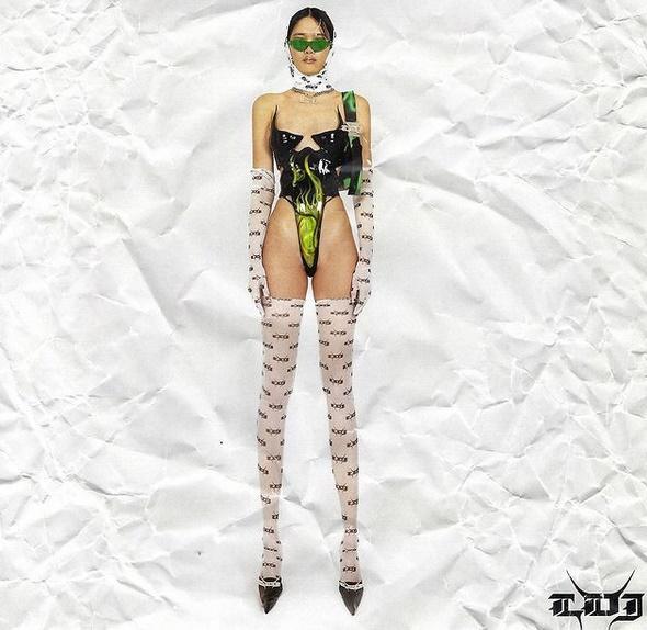 Kim Kardashian mặc áo độc dị gợi nhớ corset hư hỏng của Ngọc Trinh-4