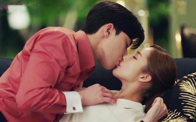 Vì sao khi hôn, tay đàn ông không thể ở yên 1 chỗ, đặc biệt rất thích chạm ngực phụ nữ?-1