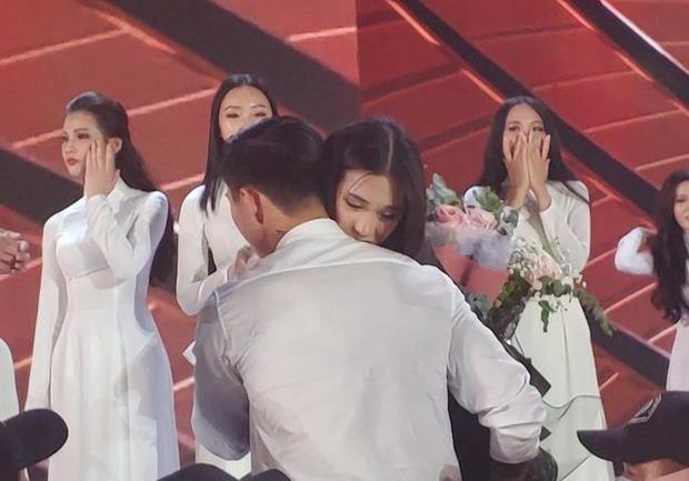 Ảnh Văn Hậu đi xem bóng đá cùng Top 10 Hoa hậu Việt Nam, cố né paparazzi-1