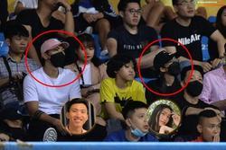 Ảnh Văn Hậu đi xem bóng đá cùng Top 10 Hoa hậu Việt Nam, cố né paparazzi