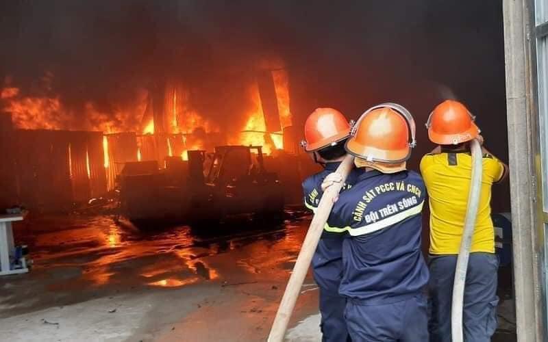Cháy phòng trà lớn nhất TP Vinh: Khoảnh khắc lửa bao trùm căn nhà-1
