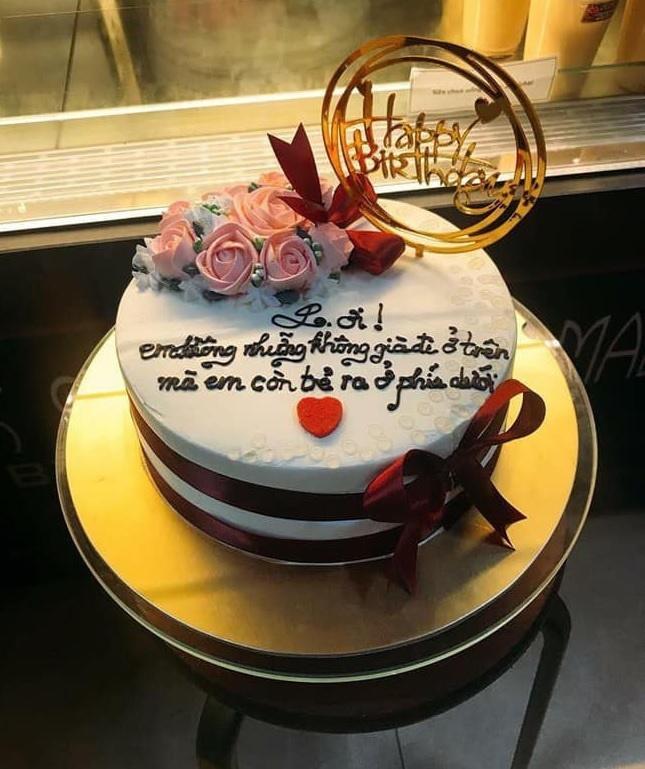 Đặt bánh sinh nhật nhờ viết lời chúc, cô gái xỉu lên, xỉu xuống khi đọc dòng chữ-6
