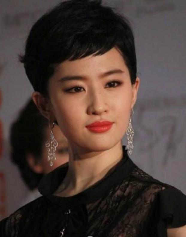 Lưu Diệc Phi khiến netizen rụng rời với mái ngố bằng chằn chặn-9