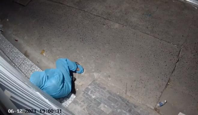 Clip: Xót xa cán bộ chống dịch Covid-19 nằm vật xuống hiên nhà-4