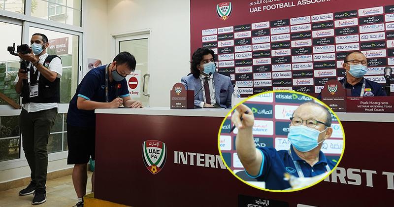 HLV Park gay gắt khi phát hiện phóng viên UAE định quay lén tờ ghi chú chiến thuật đặc biệt-1