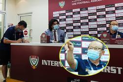 HLV Park gay gắt khi phát hiện phóng viên UAE định quay lén tờ ghi chú chiến thuật đặc biệt