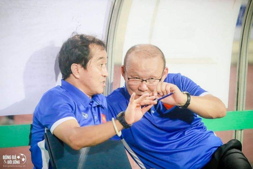 Nhà báo Lại Văn Sâm viết thơ ghi lời dặn thầy Park với trợ lý Lee trước trận gặp UAE-2