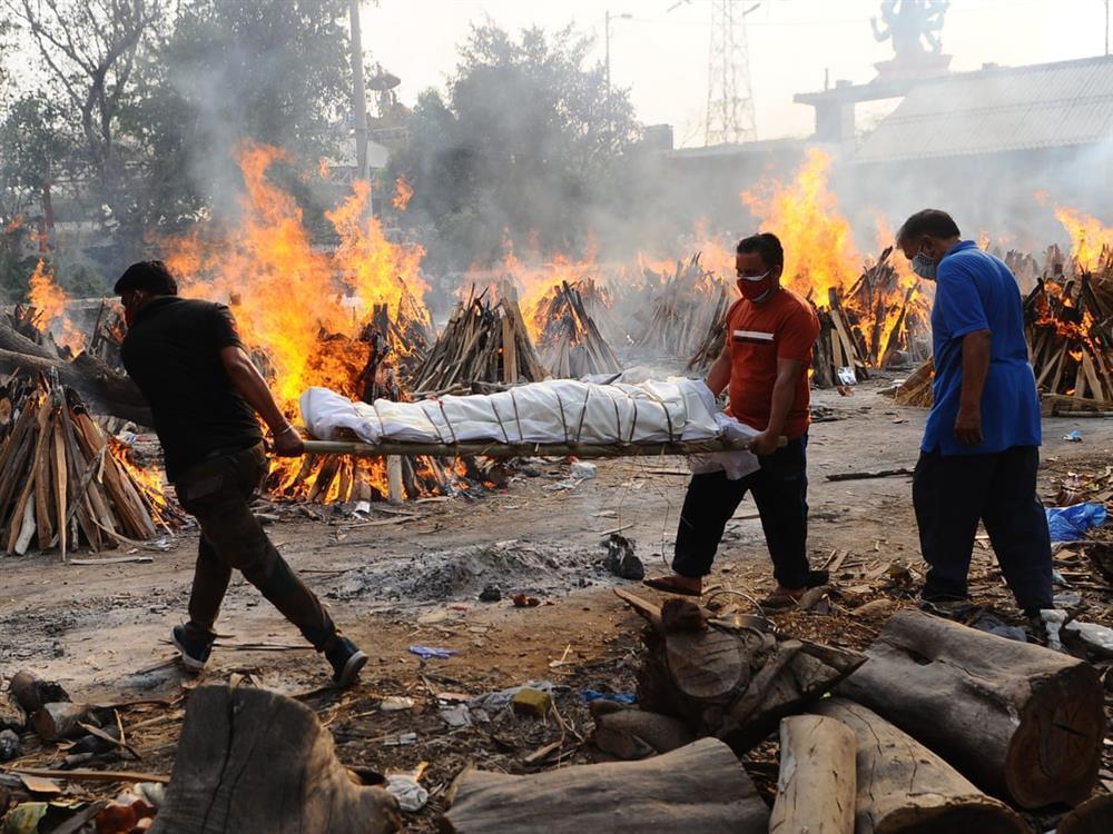 Nhân viên lò hỏa táng Ấn Độ nhớ lại những ngày kinh hoàng, xác chết nhiều đến ám ảnh-1