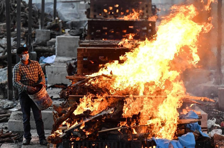 Nhân viên lò hỏa táng Ấn Độ nhớ lại những ngày kinh hoàng, xác chết nhiều đến ám ảnh-2