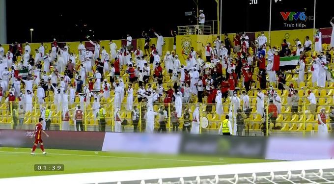 CĐV UAE diện Kandura trắng toát giữa đêm, thổi nhạc nhức óc phát hờn-4