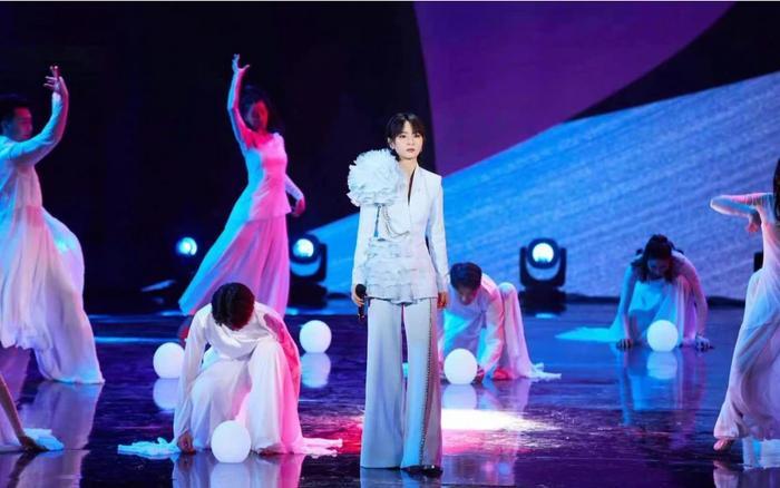 Cảnh Điềm bị đài CCTV chỉnh váy vì bị cho là mặc đồ hở hang-2