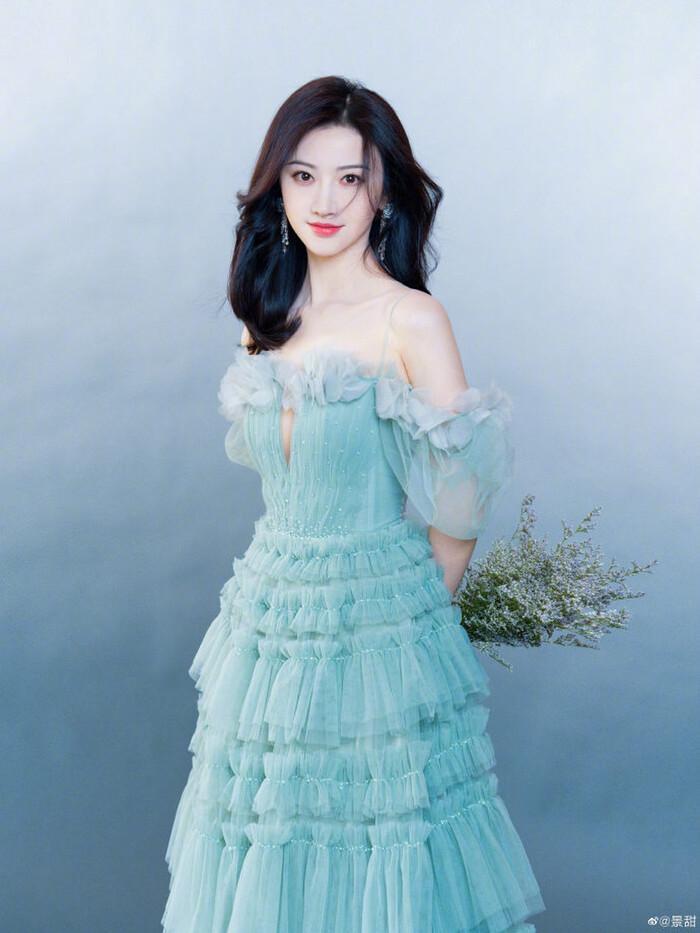 Cảnh Điềm bị đài CCTV chỉnh váy vì bị cho là mặc đồ hở hang-5