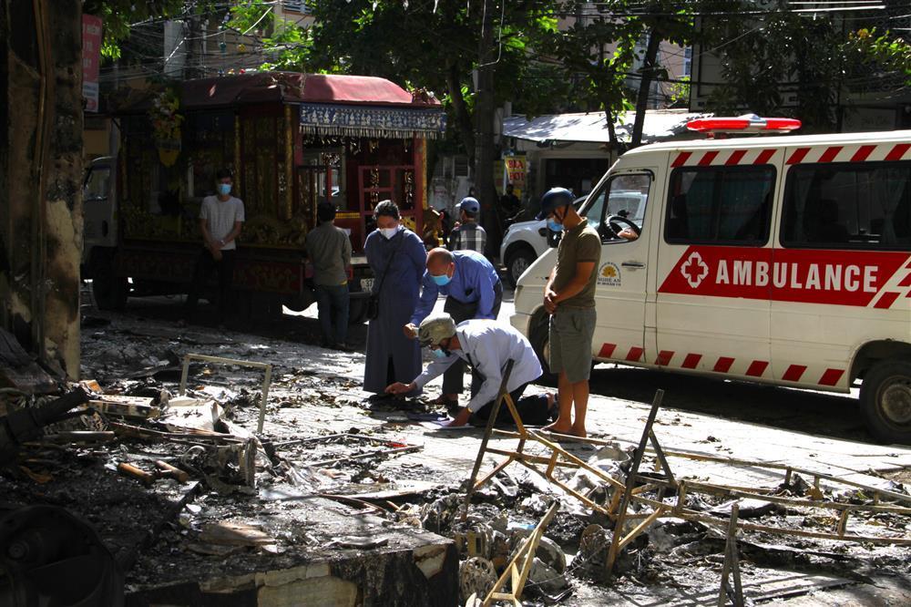 Tang tóc 4 quan tài chôn cạnh nhau trong vụ cháy phòng trà 6 người tử vong-1