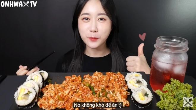 Nữ YouTuber mukbang ăn chân gà sống khiến người xem khiếp đảm-3