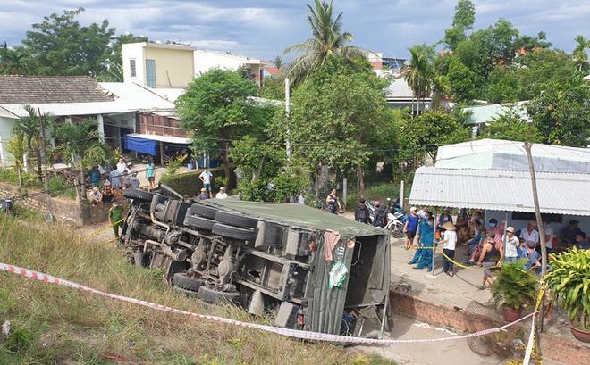 Xe quân đội lao xuống vệ đường, 2 người tử nạn-1