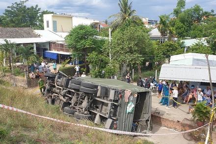Xe quân đội lao xuống vệ đường, 2 người tử nạn