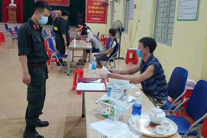 Tụ tập xem bóng đá, 7 người ở Bắc Giang bị phạt 105 triệu đồng-1