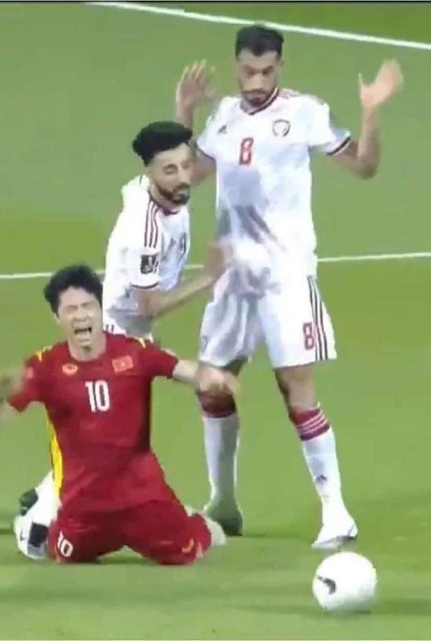 Lan truyền ảnh trọng tài đứng cười khi Công Phượng bị UAE đốn ngã-5