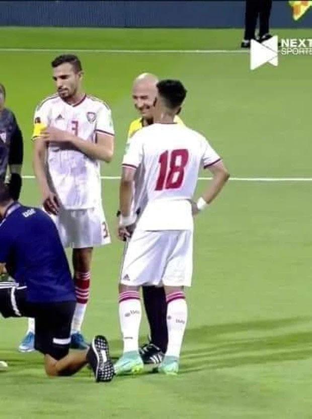 Lan truyền ảnh trọng tài đứng cười khi Công Phượng bị UAE đốn ngã-4