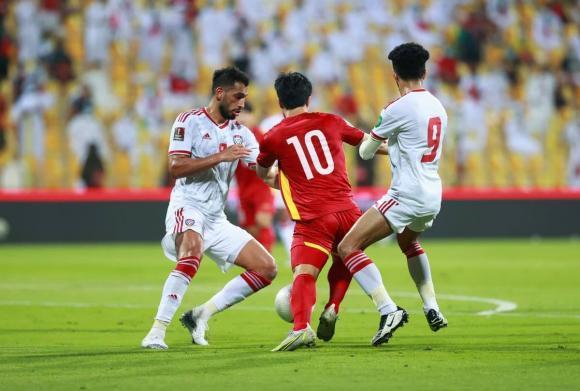 Lan truyền ảnh trọng tài đứng cười khi Công Phượng bị UAE đốn ngã-1
