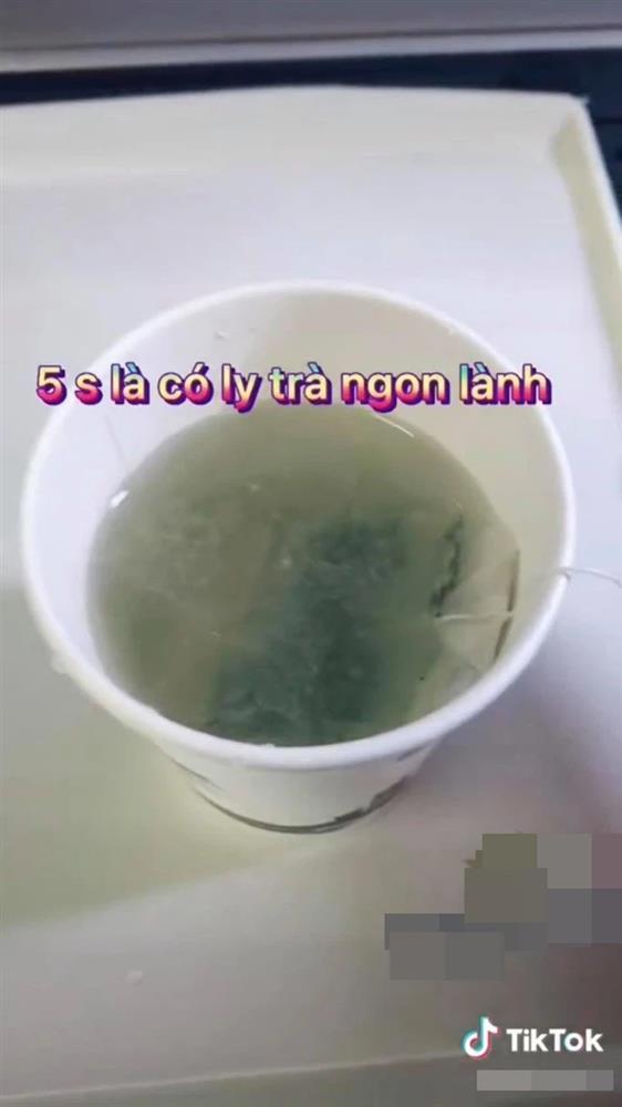 Xôn xao vụ nước uống trên máy bay dễ gây tiêu chảy, một nam tiếp viên làm video đáp trả-4