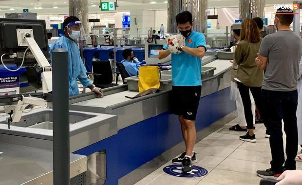 Tuyển thủ Việt Nam mất của trên đường từ UAE về nước-3