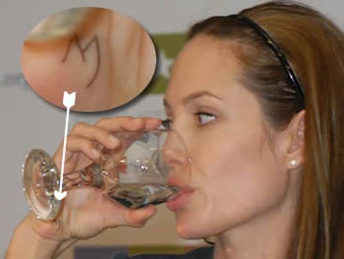 Tất tần tật ý nghĩa của gần 20 hình xăm trên cơ thể Angelina Jolie-21