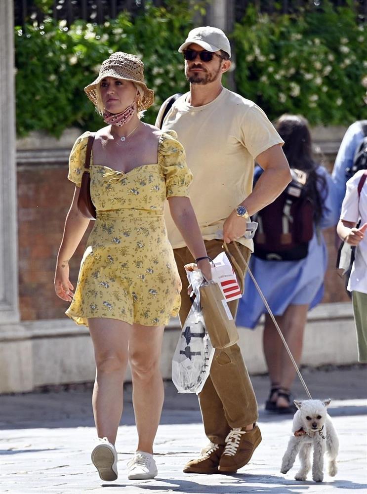 Katy Perry bị tốc váy lộ vòng 3 trên phố, được so sánh với Marilyn Monroe-4