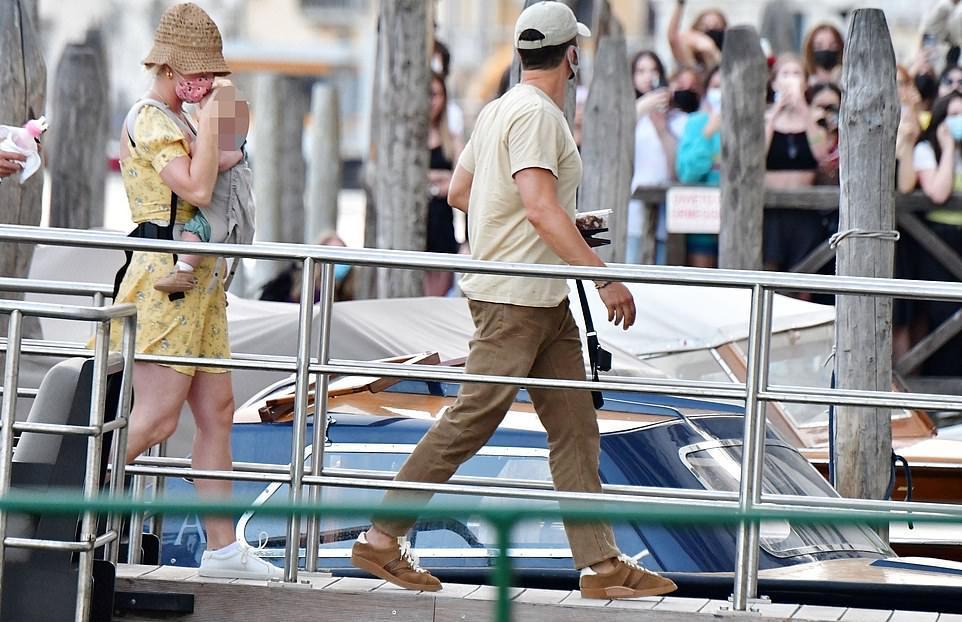 Katy Perry bị tốc váy lộ vòng 3 trên phố, được so sánh với Marilyn Monroe-5