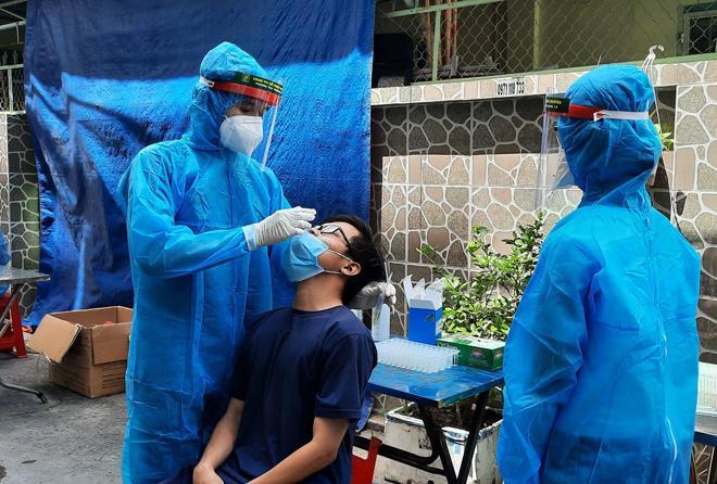 Nhân viên UBND quận 7 cùng nhiều người thân dương tính với SARS-CoV-2-1