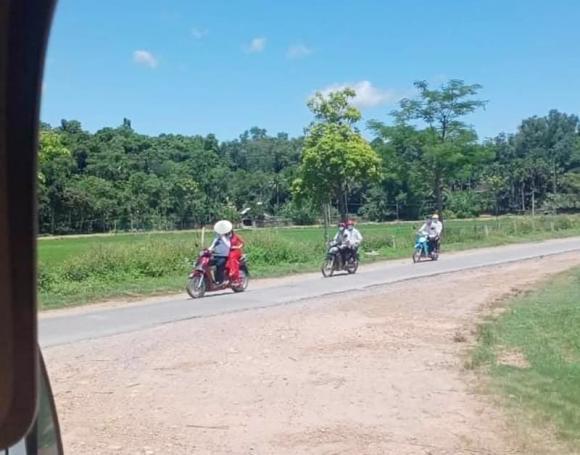 Rước dâu mùa dịch: Chú rể chở cô dâu bằng xe máy, 2 họ theo sau đúng 4 người-1