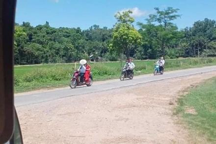 Rước dâu mùa dịch: Chú rể chở cô dâu bằng xe máy, 2 họ theo sau đúng 4 người
