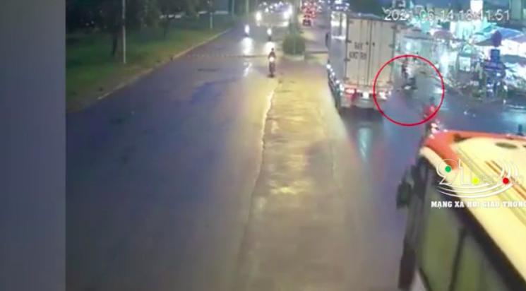 Clip: Kinh hoàng thanh niên phóng xe, trượt vào gầm xe tải nằm luôn-2