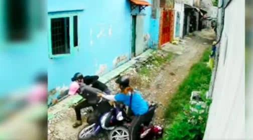 Clip: Bị cướp tài sản, cô gái mảnh mai tay không quật ngã gã thanh niên-1