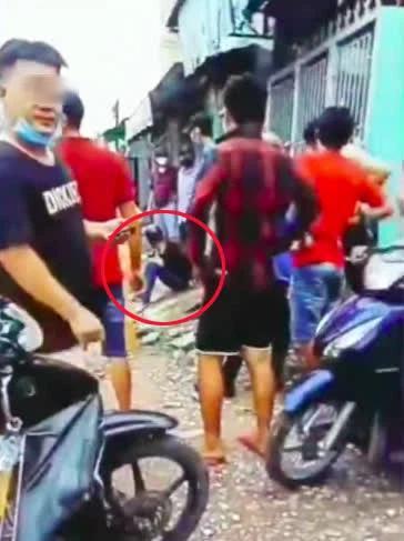 Clip: Bị cướp tài sản, cô gái mảnh mai tay không quật ngã gã thanh niên-2