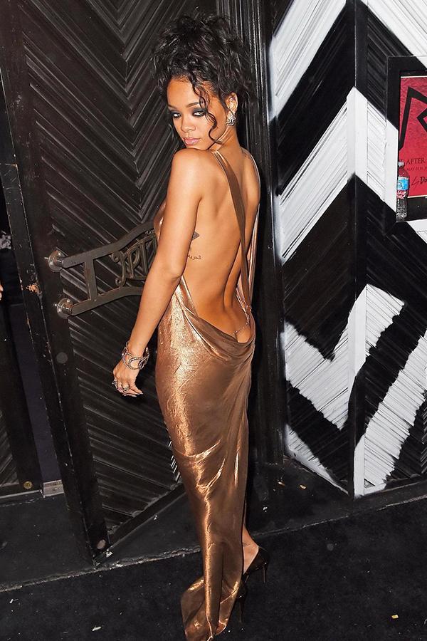 Rihanna gây ức chế với thiết kế quần hở gần hết vòng ba-5