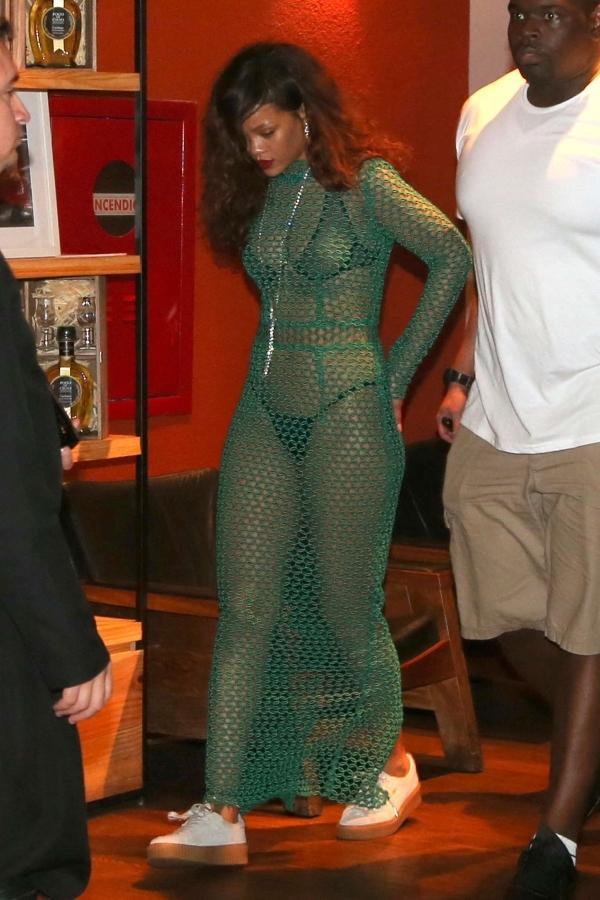 Rihanna gây ức chế với thiết kế quần hở gần hết vòng ba-6