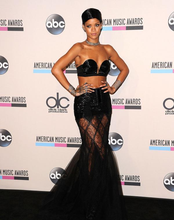 Rihanna gây ức chế với thiết kế quần hở gần hết vòng ba-10