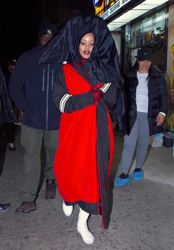 Rihanna gây ức chế với thiết kế quần hở gần hết vòng ba-13