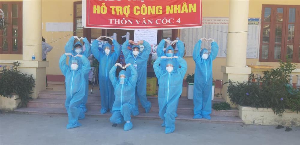 Nắng nóng hơn 40 độ, tình nguyện viên Covid-19 Bắc Giang vẫn quẩy tưng bừng-3