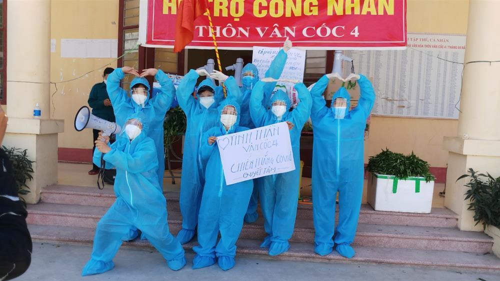Nắng nóng hơn 40 độ, tình nguyện viên Covid-19 Bắc Giang vẫn quẩy tưng bừng-7