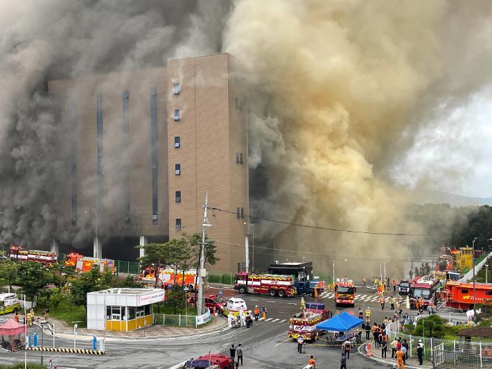 Kinh hoàng Hàn Quốc: Cháy kho hàng 19 tiếng, tòa nhà có thể sập, cứu hỏa mắc kẹt-4