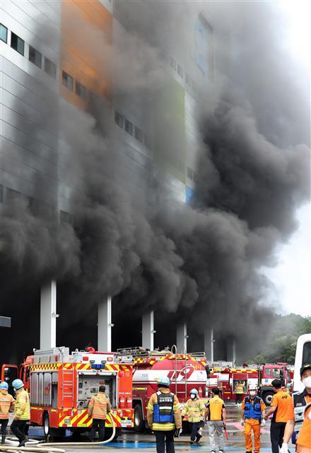Kinh hoàng Hàn Quốc: Cháy kho hàng 19 tiếng, tòa nhà có thể sập, cứu hỏa mắc kẹt-5