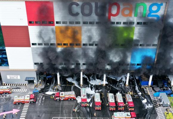 Kinh hoàng Hàn Quốc: Cháy kho hàng 19 tiếng, tòa nhà có thể sập, cứu hỏa mắc kẹt-1