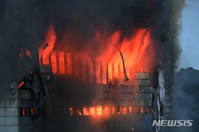 Kinh hoàng Hàn Quốc: Cháy kho hàng 19 tiếng, tòa nhà có thể sập, cứu hỏa mắc kẹt-6