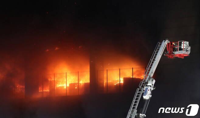 Kinh hoàng Hàn Quốc: Cháy kho hàng 19 tiếng, tòa nhà có thể sập, cứu hỏa mắc kẹt-7