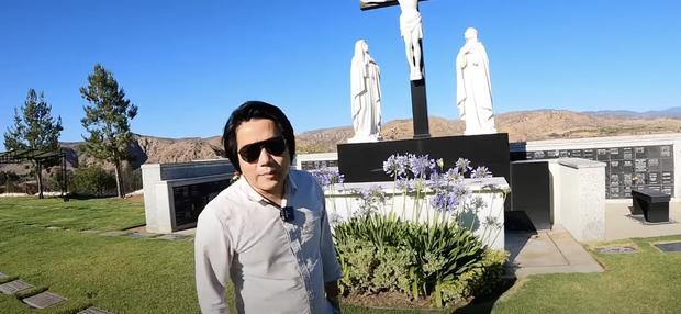 Khoa Pug viếng mộ Chí Tài, bị chỉ trích vì dùng từ thiếu tôn trọng người mất-1