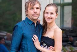 Vợ chồng đại gia Canada ra tòa vì tranh tiêm vaccine với người nghèo